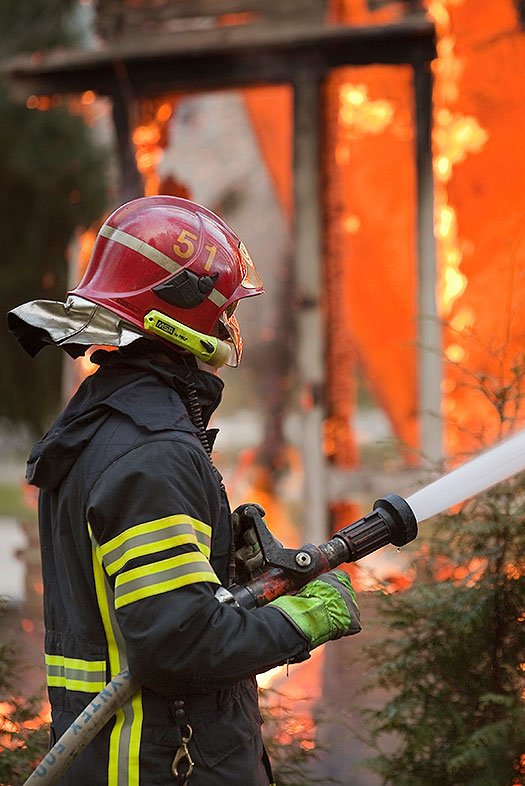 Palomies sammuttaa tulipaloa