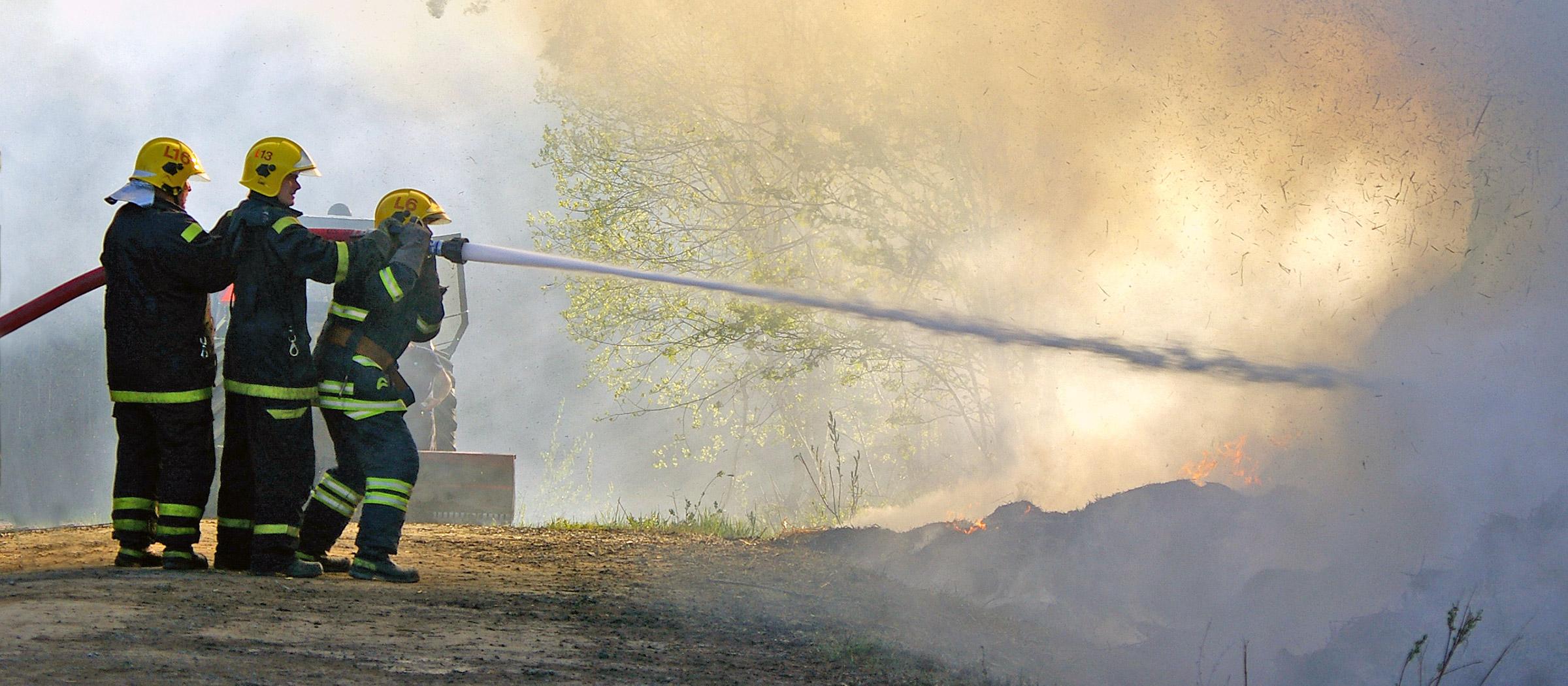 Palomiehet sammuttavat tulipaloa